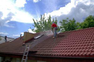 couvreur qui traite une toiture